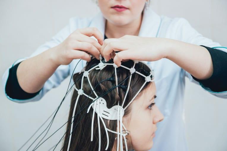 Material necessário para preparar o EEG na cabeça do paciente
