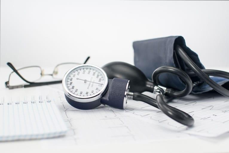 Exame de ECG de rotina em consultórios médicos