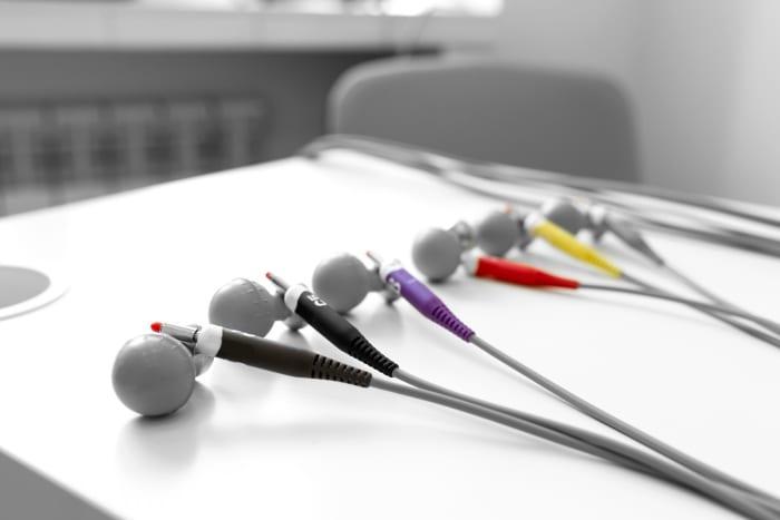 O que seria um aparelho de eletrocardiograma desqualificado?
