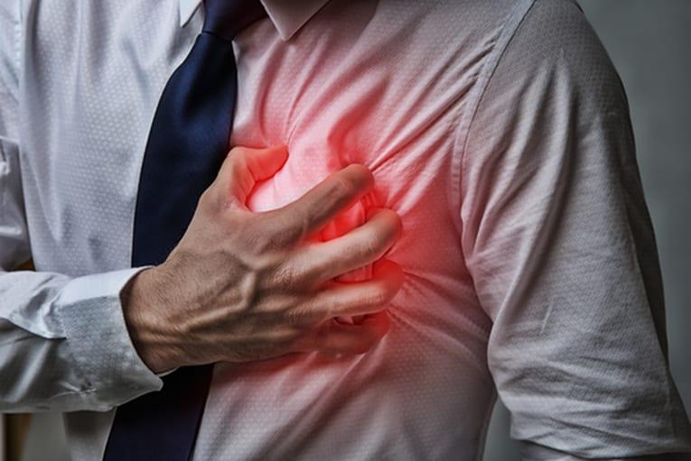 Paciente com a mão no peito mostrando que tem dor