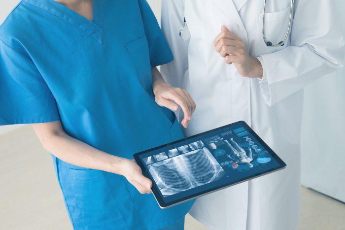 A tecnologia auxilia em diversos pontos e faz com que o profissional se preocupe no atendimento e diagnóstico