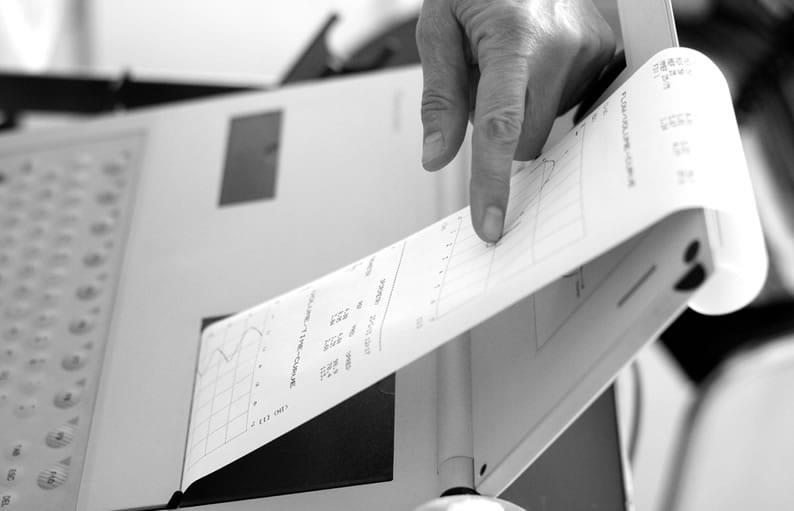 Espirômetro imprimindo o resultado do exame em tira de papel