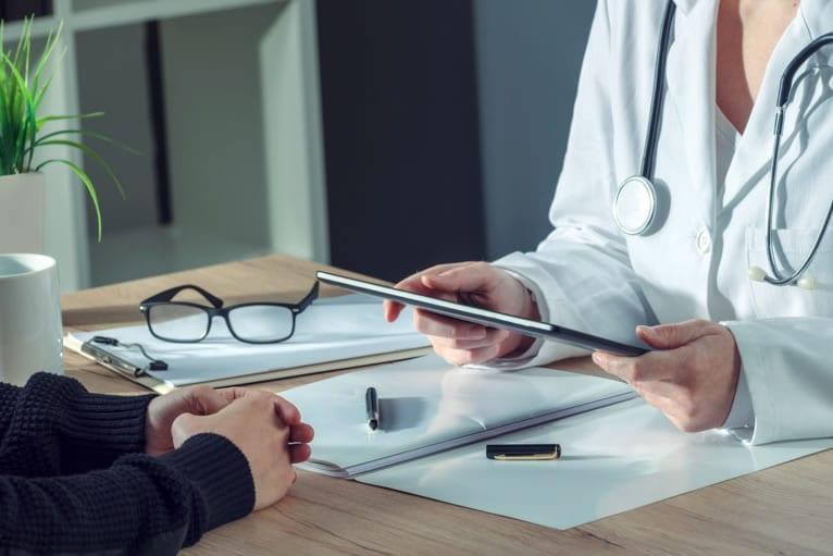 Médica relata resultado de angiotomografia visto no tablet