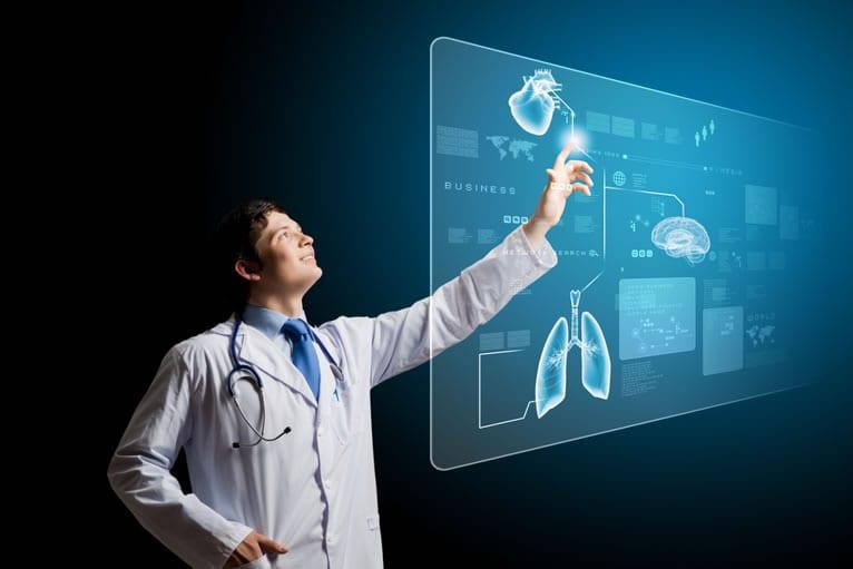 Médico vendo resultado de exames em um portal de telemedicina em nuvem