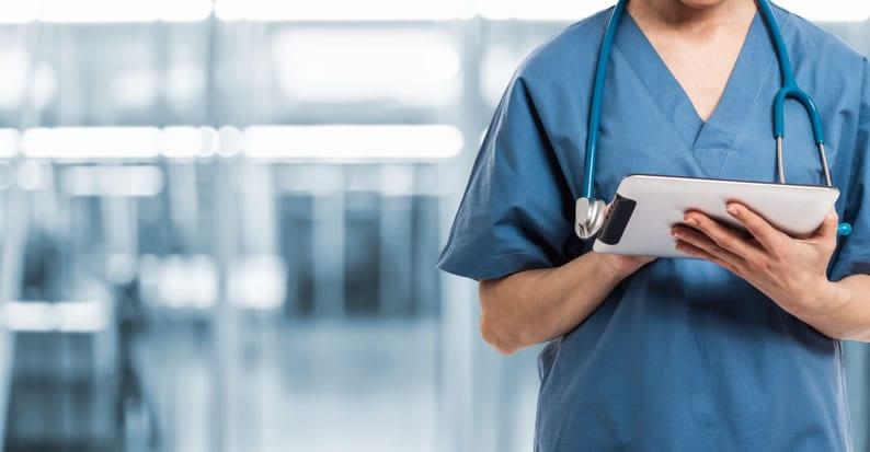 Médico usando uma prancheta para atender o paciente