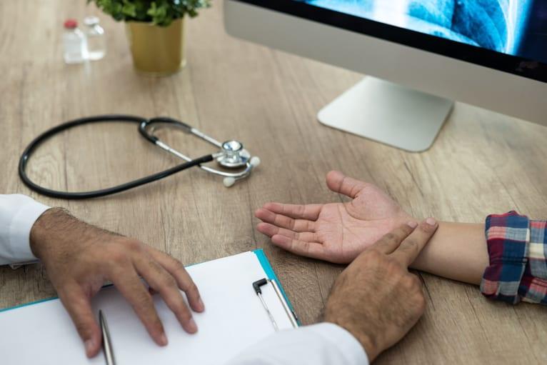 Médico do trabalho examinando um colaborador