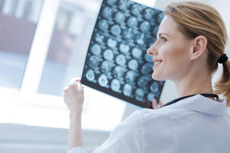 Médica interpretando uma tomografia