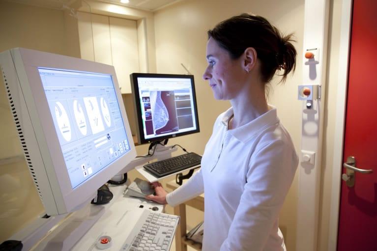 técnico em radiologia fazendo um rx