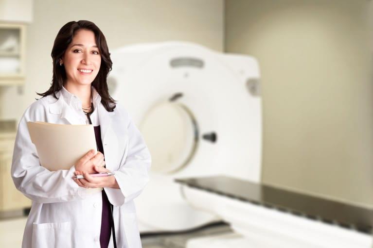 médico radiologista na sala de tomografia