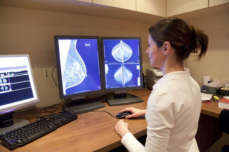 Médica radiologista interpretando uma mamofrafia