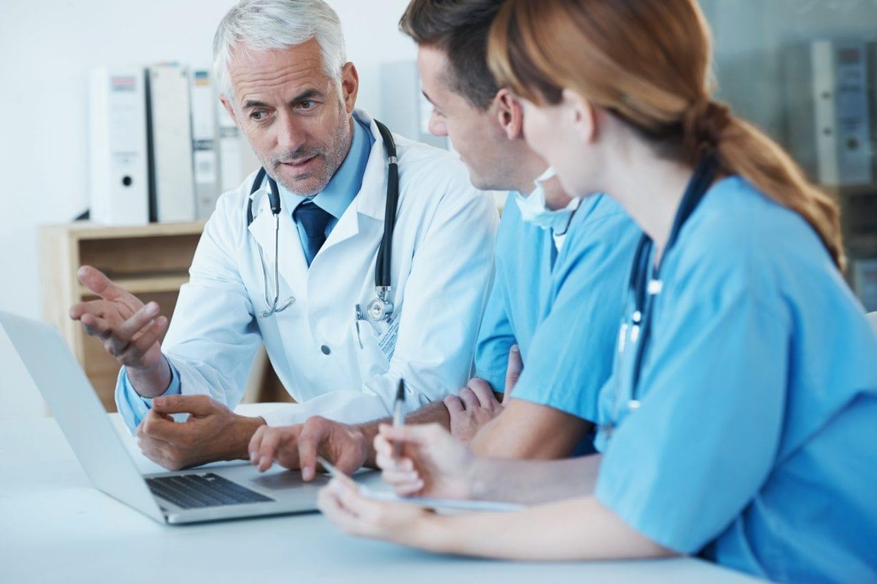 regime de comodato sendo discutido por equipe médica