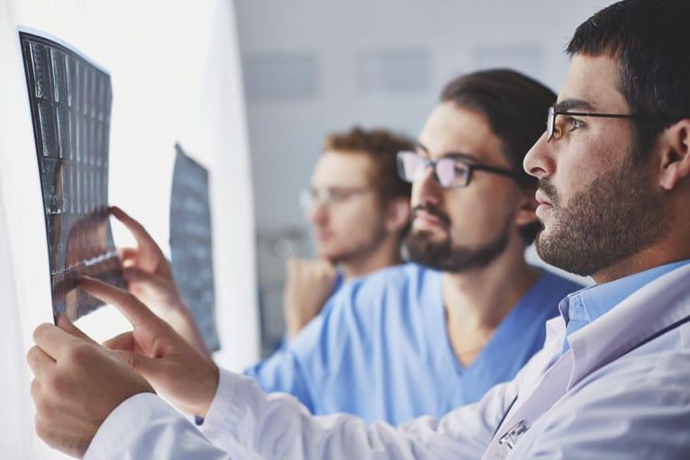 Médicos discutindo como montar uma clinica raiológica