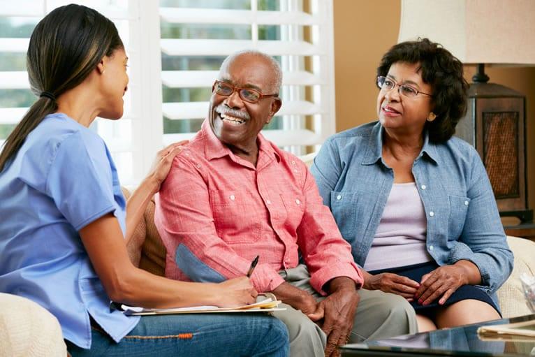 A enfermeira se aproxima do paciente e mostra interesse na condição de saúde