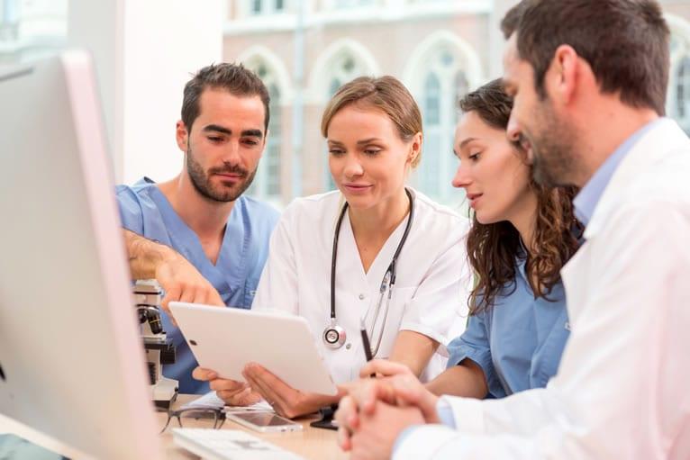 Quais são as principais atribuições do técnico de enfermagem do trabalho e do enfermeiro do trabalho?