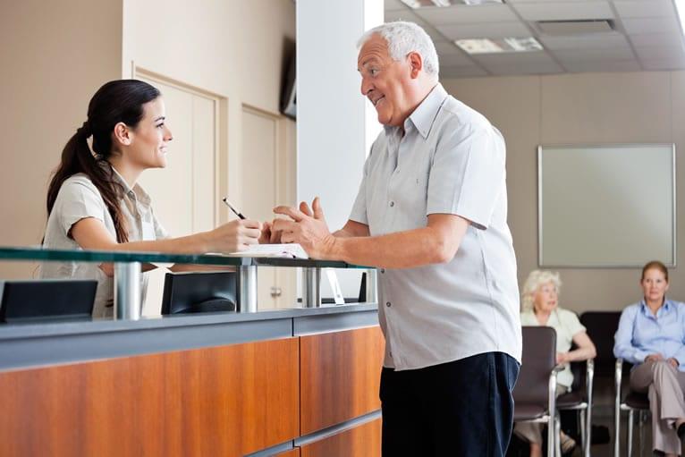 Investir em treinamento de atendimento e vendas para recepcionistas
