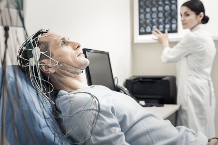 Resultados do eletroencefalograma em sono e vigília