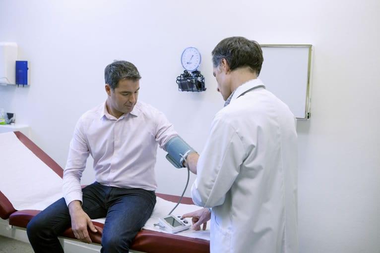 Qual profissional pode emitir o atestado de aptidão física?