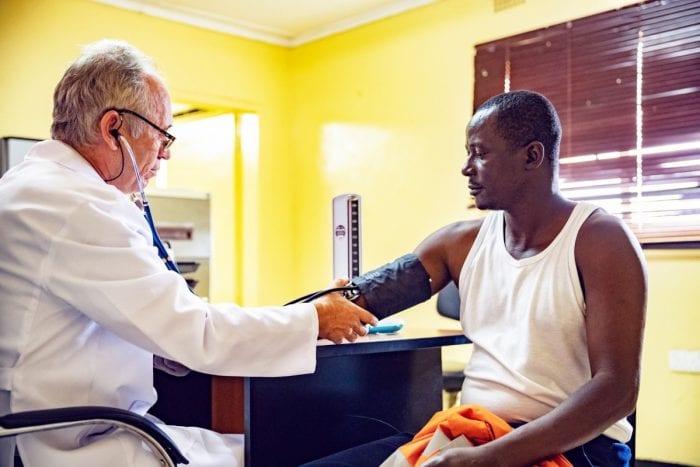 Médico seguindo as NR no atendimento do paciente