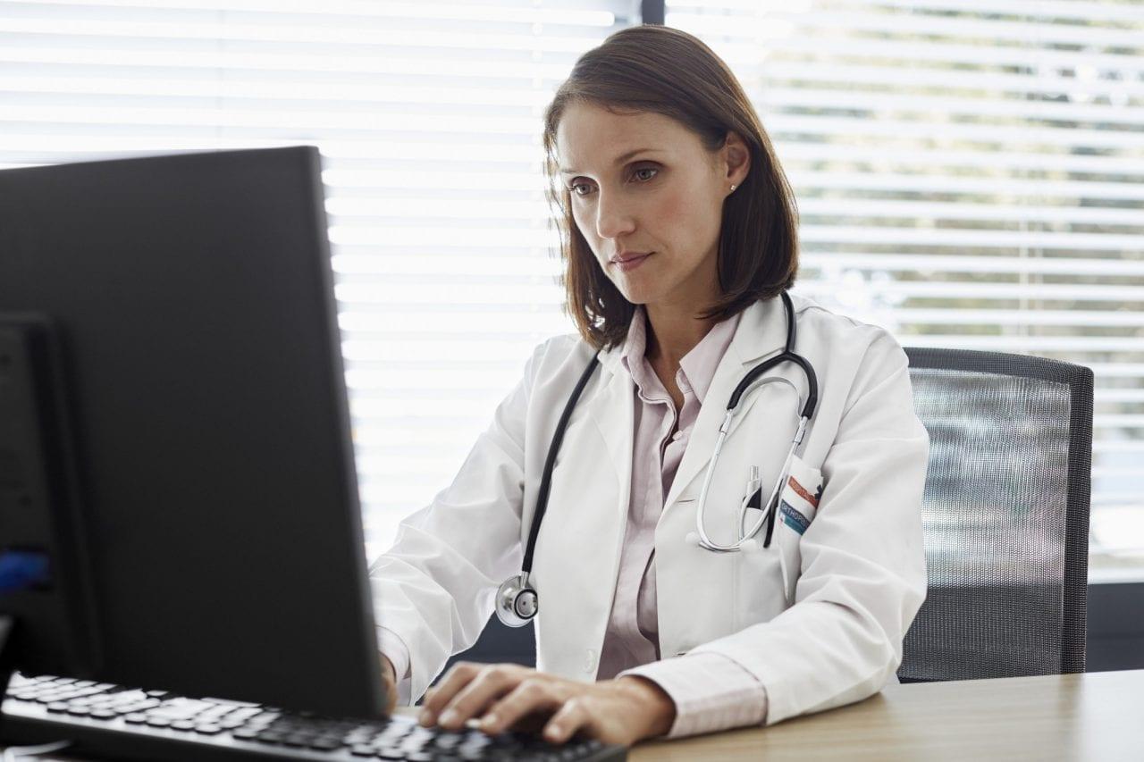 Médica fazendo prescrição eletrônica no computador