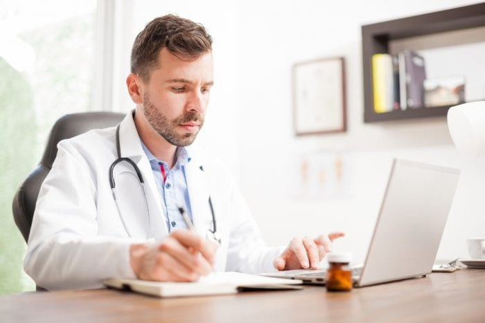 Médico atendendo no consultório online