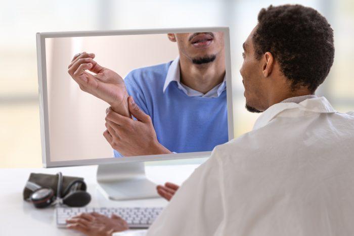 A telereabilitação utiliza tecnologias de comunicação para prover reabilitação à distância e tem se mostrado eficiente e eficaz em comparação às práticas clínicas.