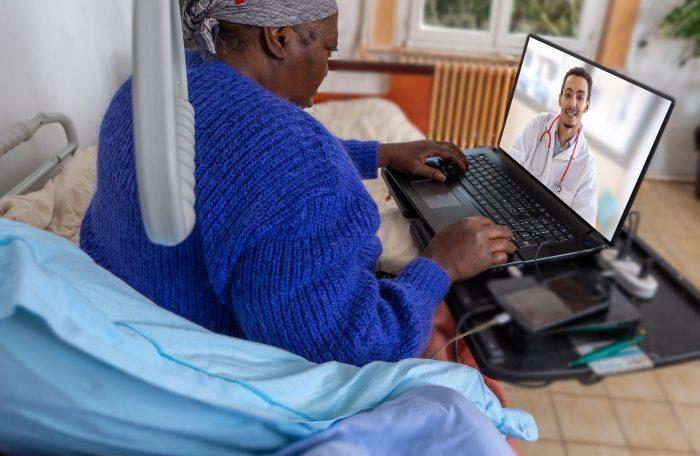 A telereabilitação surge como uma ótima alternativa para os pacientes não precisam se deslocar para realizarem seu tratamento.