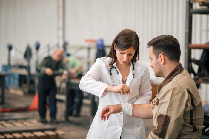 O exame demissional permite identificar que o empregado está apto ou não a prosseguir com o processo de desligamento.